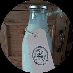 Verse rauwe melk van de boer uit de melktap